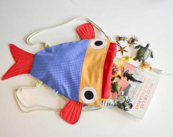 mochila pez azul amarilla