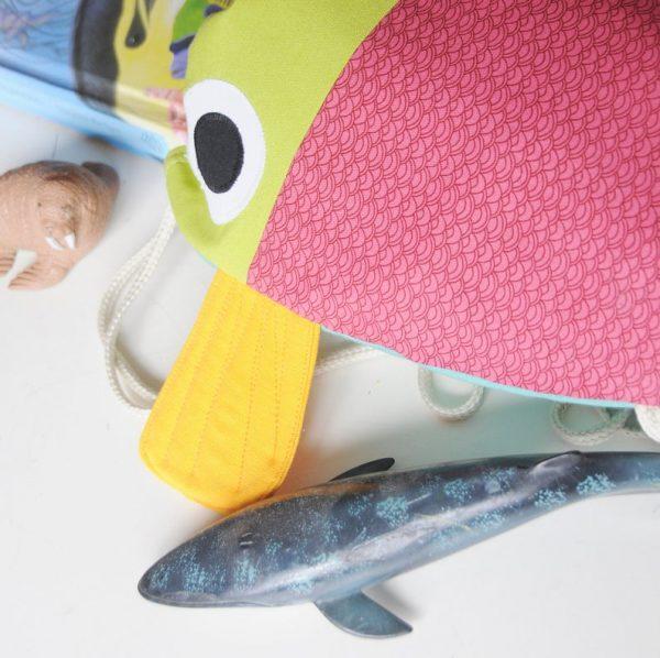 Detalle de mochila de pez