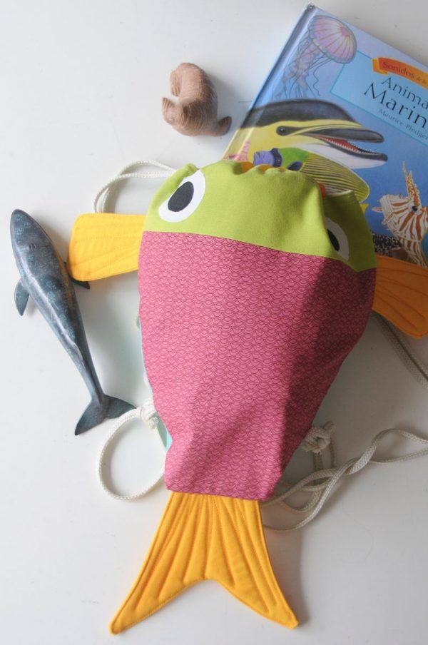 mochila en forma de pez echa en Canarias