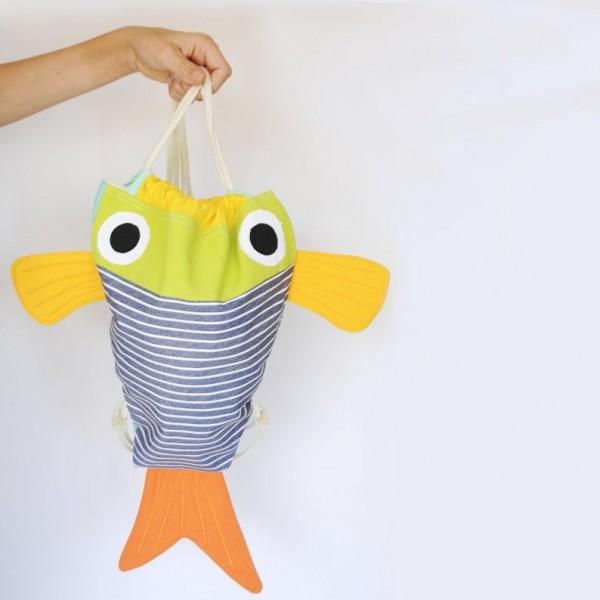 Mochila artesanal en forma de pez