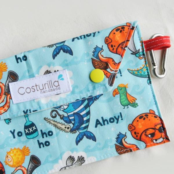 portamascarilla de tela pulpos con mosqueton para llevar en la mochila