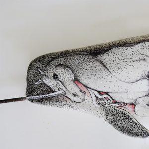 detalle de la cabeza de narval en madera